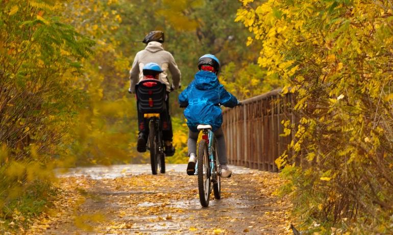 Tata z dziećmi na rowerkach